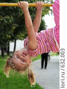 Купить «Девочка, висящая на турнике», фото № 632003, снято 29 июля 2008 г. (c) Юлия Шилова / Фотобанк Лори