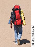 Купить «Путешественник с рюкзаком среди песков», фото № 633247, снято 9 августа 2008 г. (c) Федор Королевский / Фотобанк Лори
