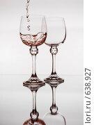Купить «Два фужера с вином», фото № 638927, снято 2 января 2009 г. (c) Владимир Целищев / Фотобанк Лори
