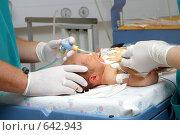 Купить «Врачи работают в реанимации с новорожденным», фото № 642943, снято 16 августа 2006 г. (c) Александр Fanfo / Фотобанк Лори