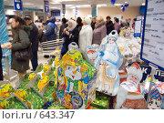 Купить «Предпраздничный ажиотаж в супермаркете: на первом плане - подарки», фото № 643347, снято 15 декабря 2008 г. (c) 1Andrey Милкин / Фотобанк Лори