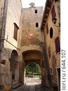 Здания и арка в городе Грожнян, Хорватия (2008 год). Стоковое фото, фотограф Екатерина Воякина / Фотобанк Лори