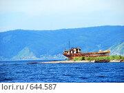 Купить «Старое ржавое судно на берегу озера Байкал», фото № 644587, снято 25 марта 2019 г. (c) Estet / Фотобанк Лори
