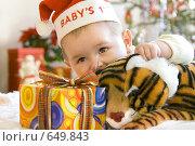 Купить «Ребенок с подарком и игрушкой под елкой», фото № 649843, снято 23 марта 2019 г. (c) Юлия Кузнецова / Фотобанк Лори