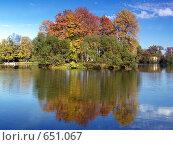 Купить «Осенний остров на пруду», фото № 651067, снято 30 сентября 2007 г. (c) Александр Кузовлев / Фотобанк Лори