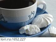 Чашка кофе и безе (2009 год). Редакционное фото, фотограф Владимир Цветов / Фотобанк Лори
