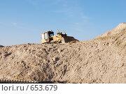 Купить «Бульдозер Б-10 на горе песка», фото № 653679, снято 11 ноября 2008 г. (c) Игорь Гришаев / Фотобанк Лори