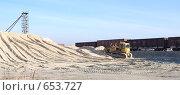 Купить «Бульдозер Б-10 на песке на фоне состава полувагонов», фото № 653727, снято 11 ноября 2008 г. (c) Игорь Гришаев / Фотобанк Лори
