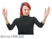 Купить «Девушка показывает руками большой размер», фото № 656523, снято 24 декабря 2008 г. (c) Олег Кириллов / Фотобанк Лори