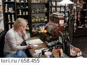 Купить «Рабочий стол продавца сувенирной лавки. Прага», фото № 658455, снято 21 сентября 2008 г. (c) Юрий Синицын / Фотобанк Лори