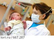 Купить «Медик с новорождённым ребёнком», эксклюзивное фото № 667287, снято 31 августа 2006 г. (c) Дмитрий Неумоин / Фотобанк Лори