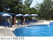 Купить «Подростки возле открытого бассейна», фото № 668515, снято 16 сентября 2008 г. (c) Ирина Андреева / Фотобанк Лори