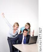 Купить «Коллеги: молодые бизнесмены в офисе. Приятные новости!», фото № 677827, снято 21 июля 2007 г. (c) Владимир Мельник / Фотобанк Лори