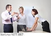 Купить «Коллеги: молодые бизнесмены в офисе обсуждают совместный проект», фото № 677887, снято 21 июля 2007 г. (c) Владимир Мельник / Фотобанк Лори