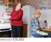 Купить «Женщина подсыпает соль в чужую кастрюлю с едой», фото № 678803, снято 29 января 2009 г. (c) Галина Щеглова / Фотобанк Лори