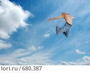 Купить «Мужчина в джинсах с голым торсом в высоком прыжке на фоне неба», фото № 680387, снято 12 апреля 2007 г. (c) Марианна Меликсетян / Фотобанк Лори