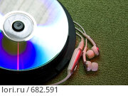Купить «Компакт диск и наушники на зеленом фоне», фото № 682591, снято 24 мая 2019 г. (c) Алифиренко Виталий / Фотобанк Лори