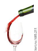 Купить «Красное вино, наливаемое из бутылки в бокал, на белом фоне», фото № 685211, снято 28 декабря 2008 г. (c) Мельников Дмитрий / Фотобанк Лори