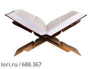 Священный Коран на резной подставке. Изолирован на белом фоне. Стоковое фото, фотограф Константин Хрипунков / Фотобанк Лори