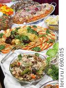 Красиво украшенная еда на блюдах в ресторане. Стоковое фото, фотограф Татьяна Макотра / Фотобанк Лори