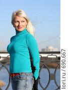 Девушка в голубом c развевающимися на ветру волосами. Стоковое фото, фотограф Константин Исаков / Фотобанк Лори