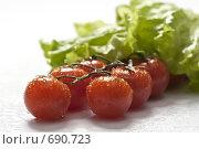 Купить «Свежие помидоры черри на ветке и листья салата», фото № 690723, снято 5 февраля 2009 г. (c) Лисовская Наталья / Фотобанк Лори