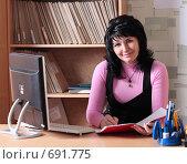 Купить «Женщина на рабочем месте», фото № 691775, снято 7 февраля 2009 г. (c) Майя Крученкова / Фотобанк Лори