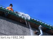 Уборка снега с крыши (2009 год). Редакционное фото, фотограф Лут Ольга / Фотобанк Лори