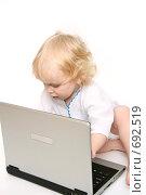 Купить «Компьютер и ребенок», фото № 692519, снято 17 января 2009 г. (c) Владимир Мельников / Фотобанк Лори