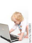 Купить «Компьютер и ребенок», фото № 692651, снято 17 января 2009 г. (c) Владимир Мельников / Фотобанк Лори