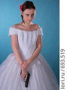 Грозная невеста, девушка в свадебном платье с пистолетом. Стоковое фото, фотограф Natalie Molchanova / Фотобанк Лори