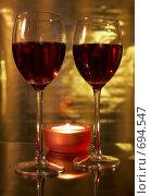 Купить «Два бокала с красным вином и свеча», фото № 694547, снято 9 февраля 2009 г. (c) Брагин Алексей Георгиевич / Фотобанк Лори