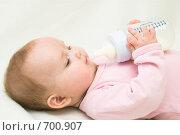 Купить «Ребенок держит бутылочку с молоком», фото № 700907, снято 12 февраля 2009 г. (c) Михаил Павлов / Фотобанк Лори