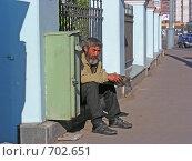 Купить «Москва. Нищий мужчина около Храма просит милостыню», эксклюзивное фото № 702651, снято 17 мая 2008 г. (c) lana1501 / Фотобанк Лори