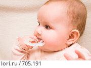 Купить «Маленькая девочка грызет прорезыватель, смотрит в сторону», фото № 705191, снято 15 февраля 2009 г. (c) Михаил Павлов / Фотобанк Лори
