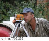 Человек делает разметку нивелиром (2008 год). Редакционное фото, фотограф Сергей Седых / Фотобанк Лори