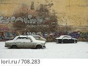 Купить «Машины у стены», фото № 708283, снято 15 февраля 2009 г. (c) Корчагина Полина / Фотобанк Лори