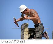 Мужчина работает на кладке здания (2008 год). Редакционное фото, фотограф Сергей Седых / Фотобанк Лори
