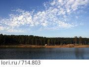 Купить «Деревня на берегу озера», фото № 714803, снято 27 октября 2008 г. (c) Сергей Лысенков / Фотобанк Лори
