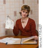 Купить «Девушка с квитанциями», эксклюзивное фото № 715627, снято 22 февраля 2009 г. (c) Ирина Солошенко / Фотобанк Лори