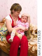 Купить «Мама трогает голову дочки», фото № 715635, снято 22 февраля 2009 г. (c) Ирина Солошенко / Фотобанк Лори