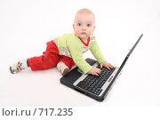 Купить «Ребёнок отвлёкся от работы за компьютером», фото № 717235, снято 21 февраля 2009 г. (c) Антон Корнилов / Фотобанк Лори