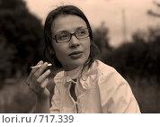 Девушка в белой блузке с папиросой. Стоковое фото, фотограф Алексей Ледовской / Фотобанк Лори