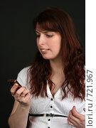 Купить «Девушка читает sms», фото № 721967, снято 7 февраля 2009 г. (c) Наталья Белотелова / Фотобанк Лори
