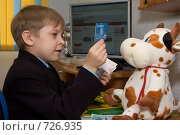 Купить «Мальчик показывает игрушечной корове кредитную карту», фото № 726935, снято 1 марта 2009 г. (c) Тимур Ахмадулин / Фотобанк Лори