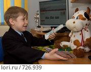 Купить «Мальчик рассказывает игрушечной корове о деньгах (финансовом кризисе)», фото № 726939, снято 1 марта 2009 г. (c) Тимур Ахмадулин / Фотобанк Лори