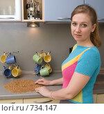 Купить «Молодая женщина перебирает гречневую крупу», фото № 734147, снято 5 марта 2009 г. (c) Тимур Ахмадулин / Фотобанк Лори