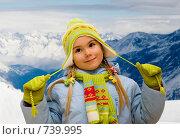 Портрет маленькой девочки на фоне гор. Стоковое фото, фотограф Алексей Кузнецов / Фотобанк Лори