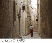 Узкая улочка в Мдине, Мальта (2005 год). Стоковое фото, фотограф Елена Денисенко / Фотобанк Лори