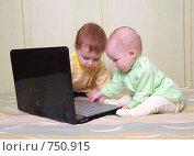 Купить «Маленькие дети играют за компьютером», фото № 750915, снято 14 марта 2009 г. (c) Александр Fanfo / Фотобанк Лори